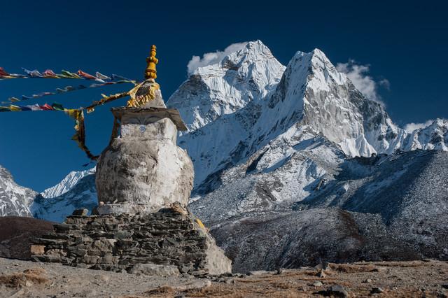 Stupa vor dem Ama Dablam - fotokunst von Michael Wagener