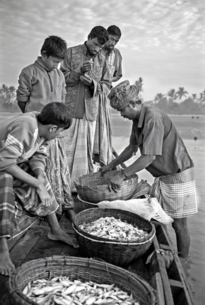 Jakob Berr, Merchant buying fish (Bangladesh, Asien)