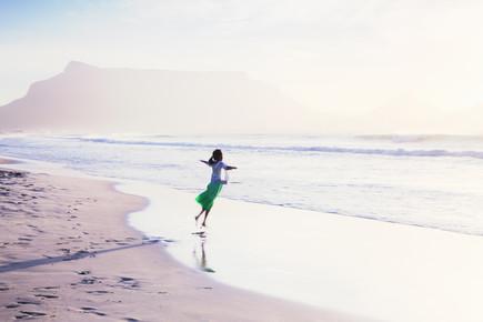 Eva Stadler, Girl dancing in front of Table Mountain (Südafrika, Afrika)