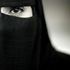 Eric Lafforgue, Veiled woman from Salalah, Oman (Oman, Asien)