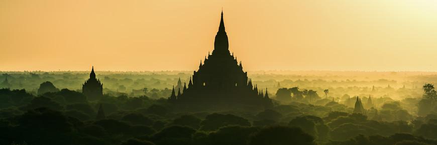Jean Claude Castor, Burma - Bagan bei Sonnenaufgang Panorama (Myanmar, Asien)