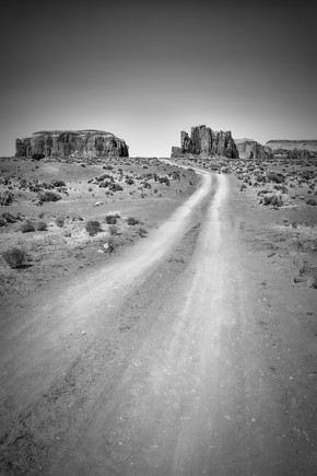 Melanie Viola, Monument Valley Drive schwarz-weiß (Vereinigte Staaten, Nordamerika)