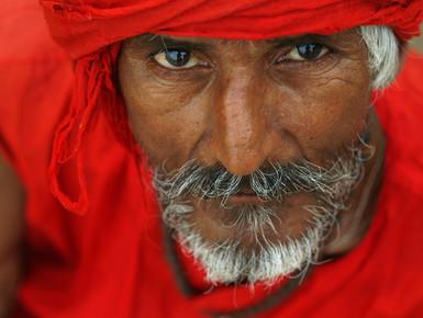 Thomas Laue, Portrait in rot (Indien, Asien)