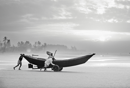 Jakob Berr, Fishermen launching their boat in the morning, Bangladesh (Bangladesh, Asien)