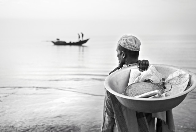 Merchant waiting to buy fish - Fineart photography by Jakob Berr