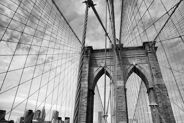 Auf der Brooklyn Bridge - Fineart photography by Holger Ostwald
