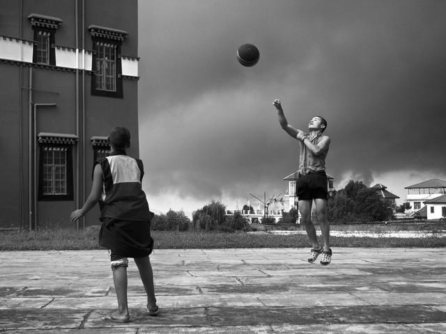 Junge Mönche verlobten sich glücklich in einem Basketballspiel - Fineart photography by Jagdev Singh