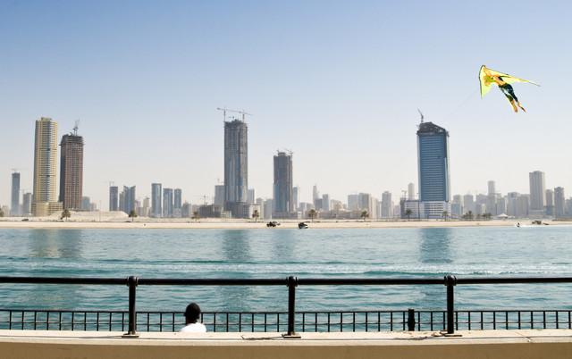 Skyline von Dubai und Drachen - Fineart photography by Daniel Schoenen