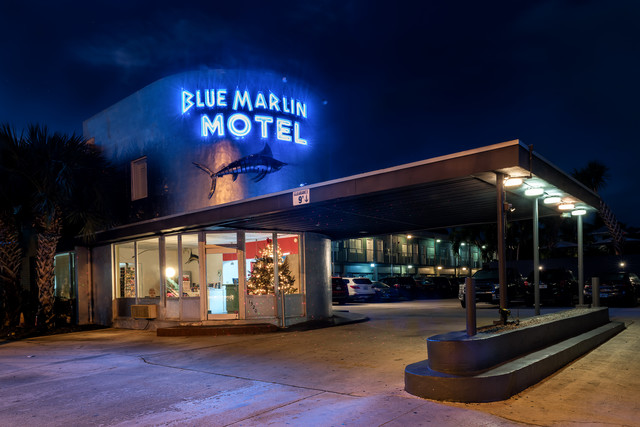 Motel bei Nacht - Fineart photography by Michael Stein