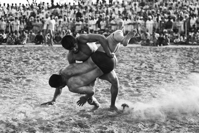 Alter alter Sport des Ringens - Fineart photography by Jagdev Singh
