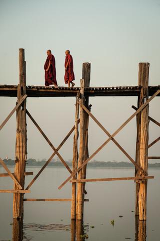 Mönche auf der U Bein - Fineart photography by Sebastian Rost