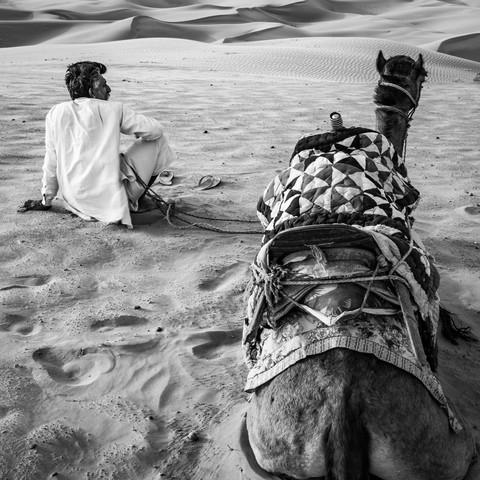 Mann und Kamel in der Wüste - Fineart photography by Sebastian Rost