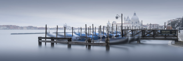 Servizio Gondole - Venedig - Fineart photography by Ronny Behnert