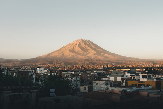 El Misti - A volcano and its city - Fineart photography by Ueli Frischknecht