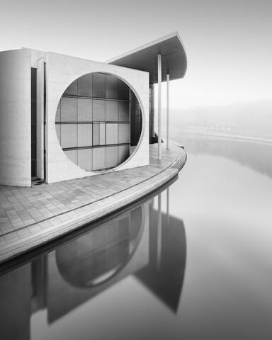 Berliner Regierungsviertel im Nebel - Fineart photography by Ronny Behnert