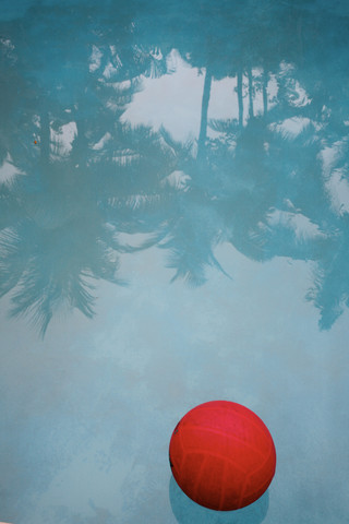 Roter Ball schwimmt im Pool - Fineart photography by Lioba Schneider