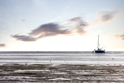 Markus Schieder, Family stranded with sailboat at low tide (Netherlands, Europe)