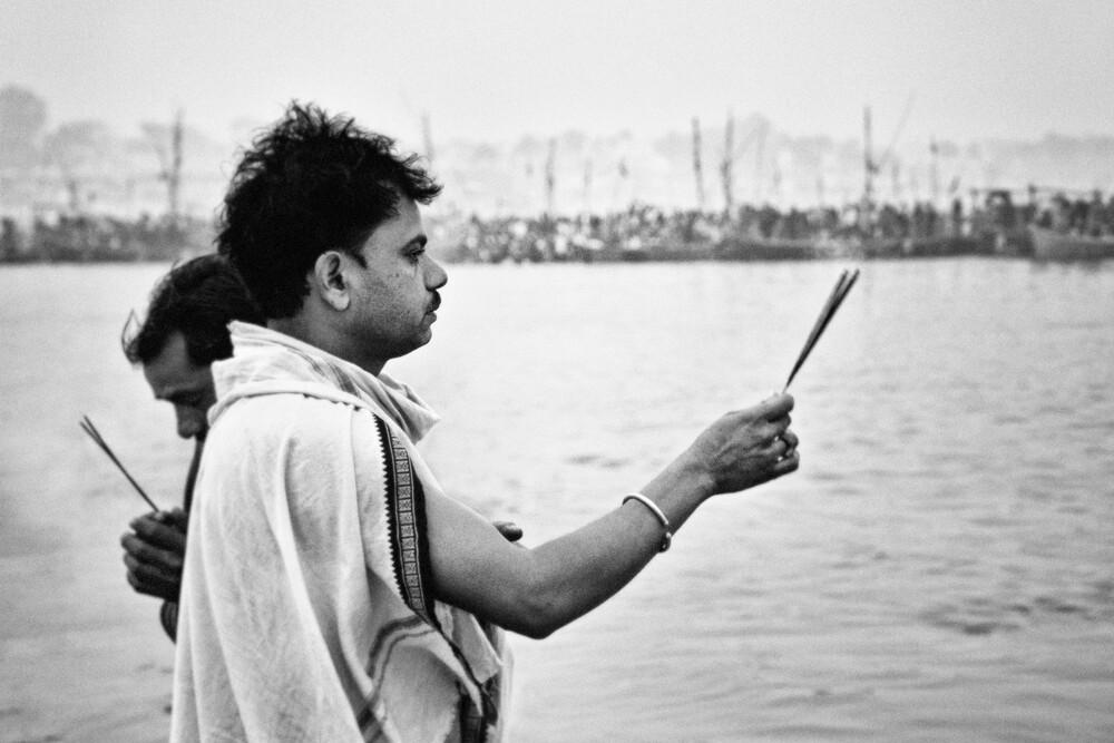 Gebet am Ganges - fotokunst von Victoria Knobloch
