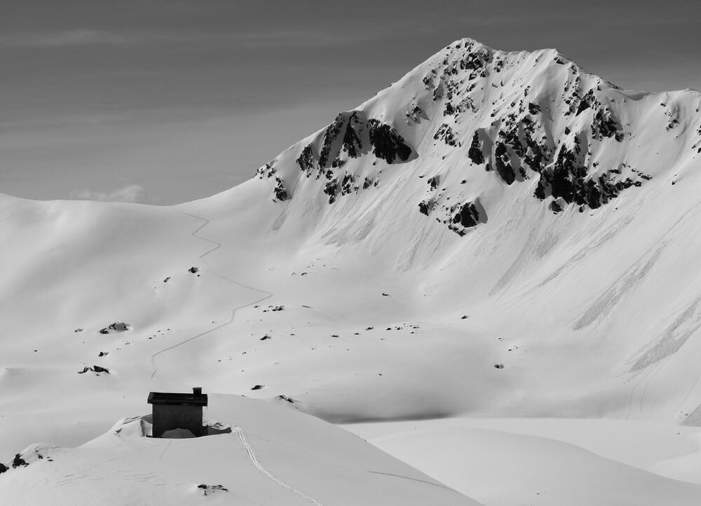 Spur im Schnee - fotokunst von Miriam Reugels