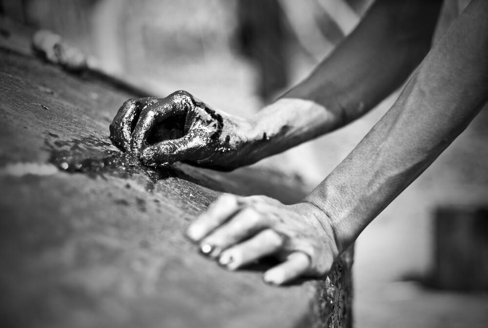 Fisherman repairing his boat - fotokunst von Jakob Berr