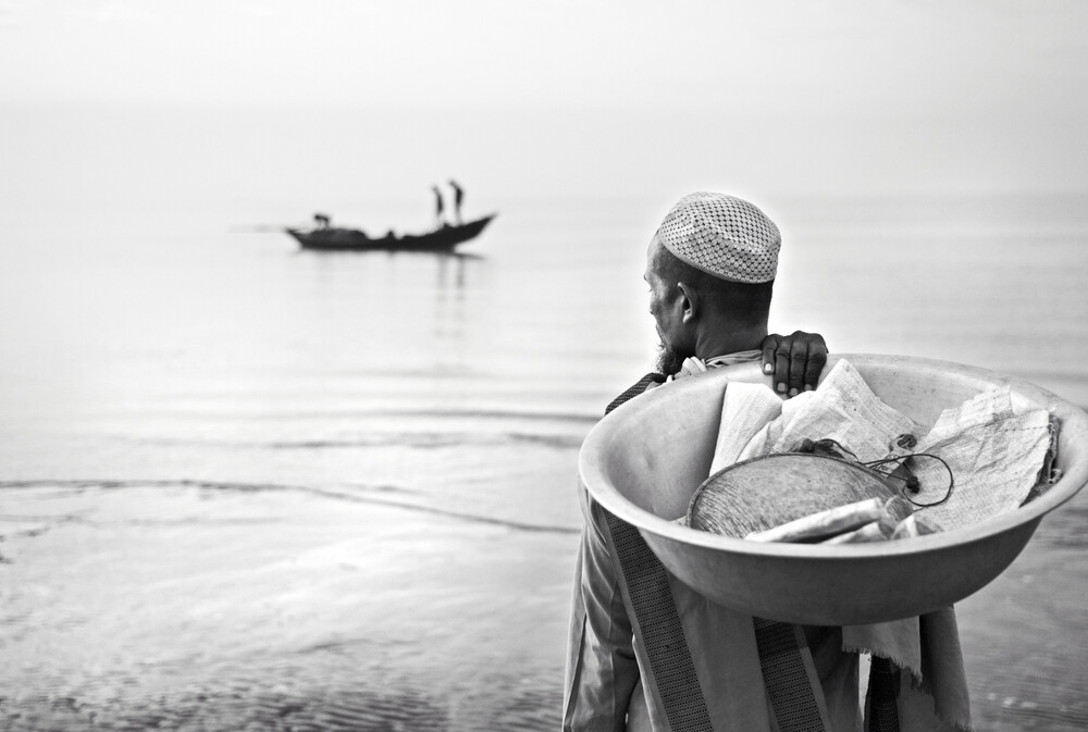Merchant waiting to buy fish - fotokunst von Jakob Berr