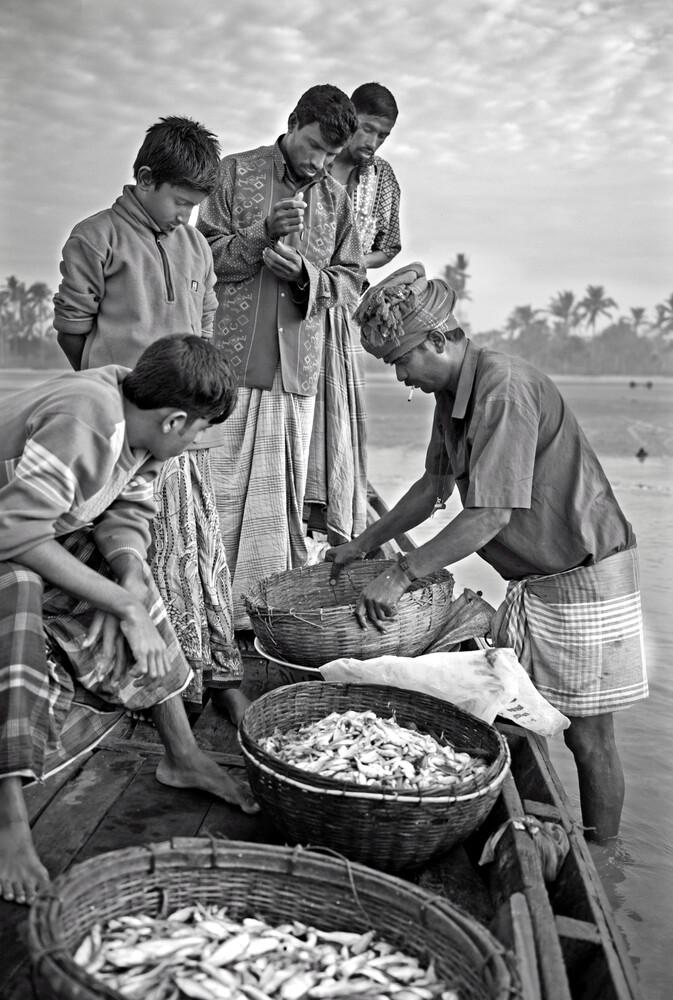 Merchant buying fish - fotokunst von Jakob Berr