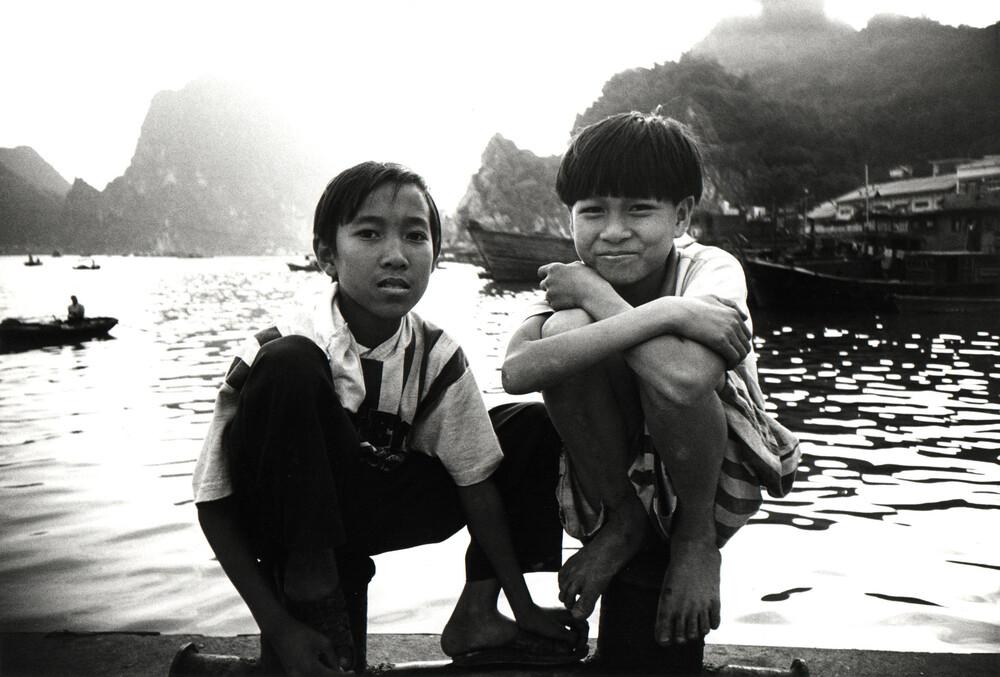 Two Boys in Vietnam - fotokunst von Jacqy Gantenbrink