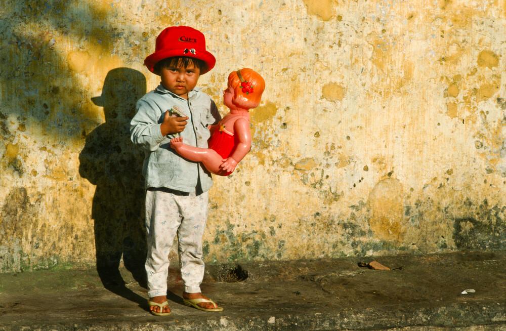 Mädchen mit Puppe - Hoi An, Vietnam - fotokunst von Silva Wischeropp
