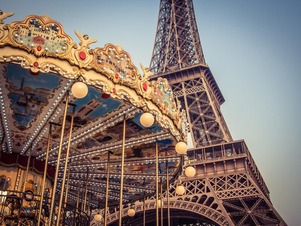 Karussell am Eiffelturm 4 - fotokunst von Johann Oswald