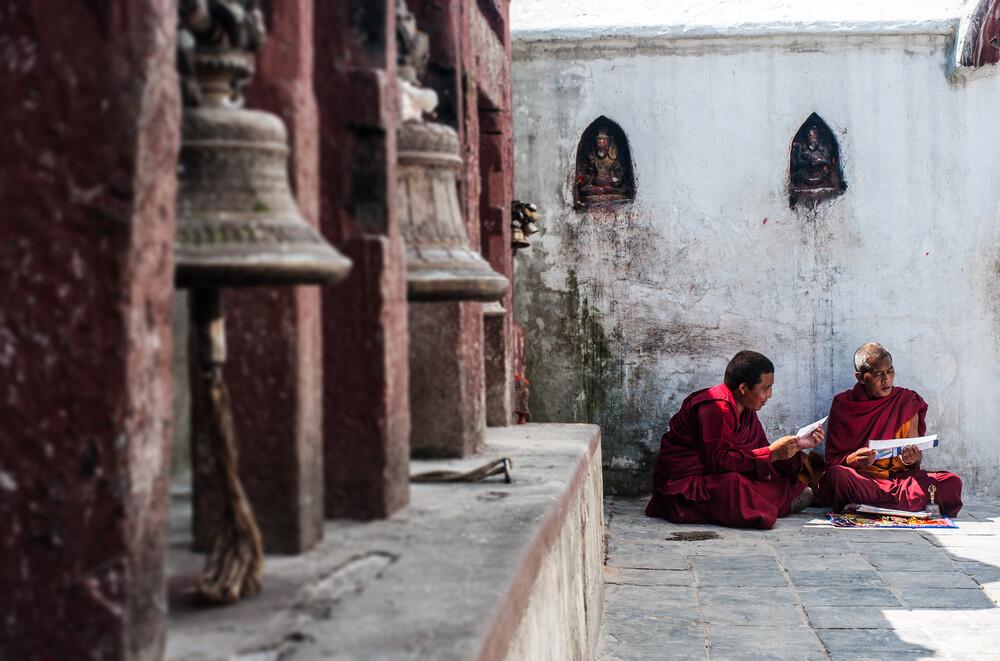 Mönche in Bodnath - fotokunst von Michael Wagener
