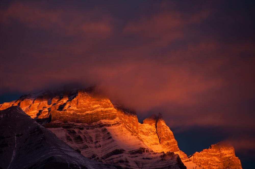 Rundle First Light - fotokunst von Alexander Roe