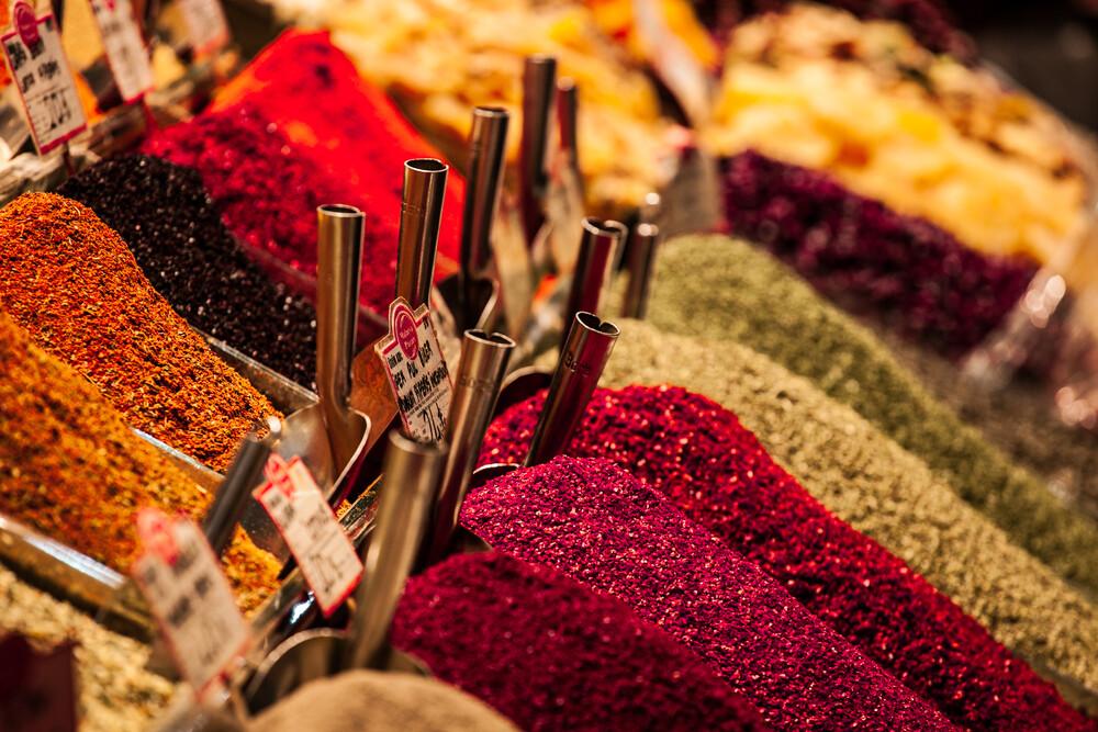 spices all in a row - fotokunst von Philipp Langebner