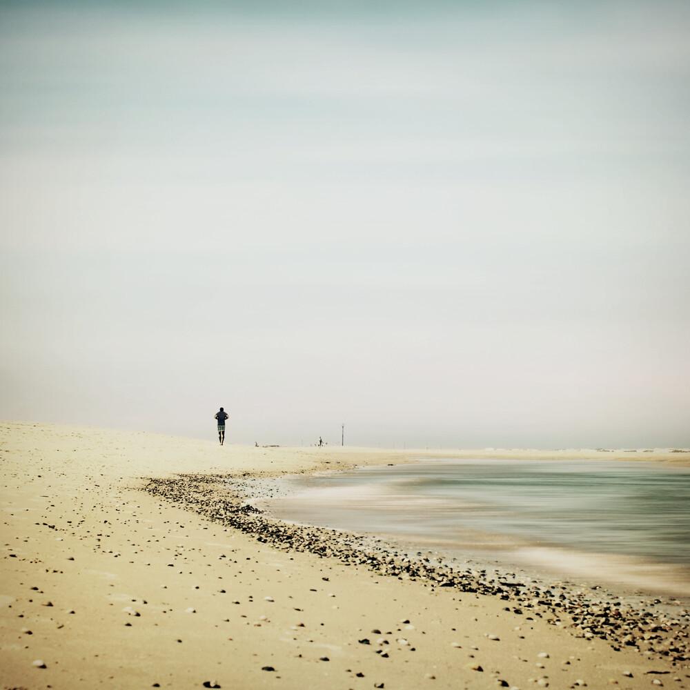 strandläufer - fotokunst von Manuela Deigert