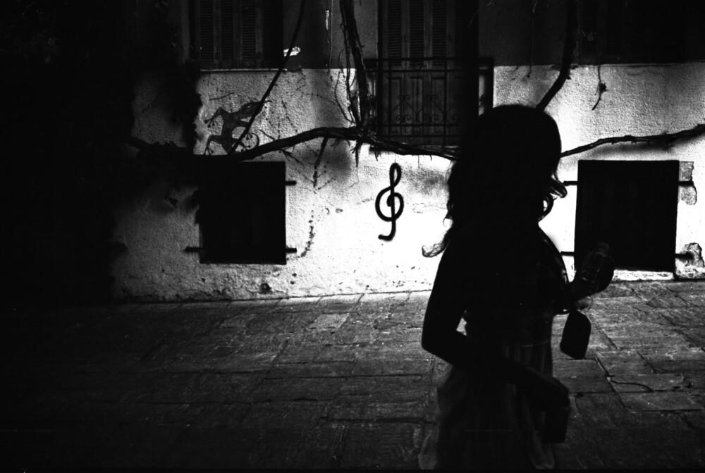 A shadow of a woman - fotokunst von Nasos Zovoilis