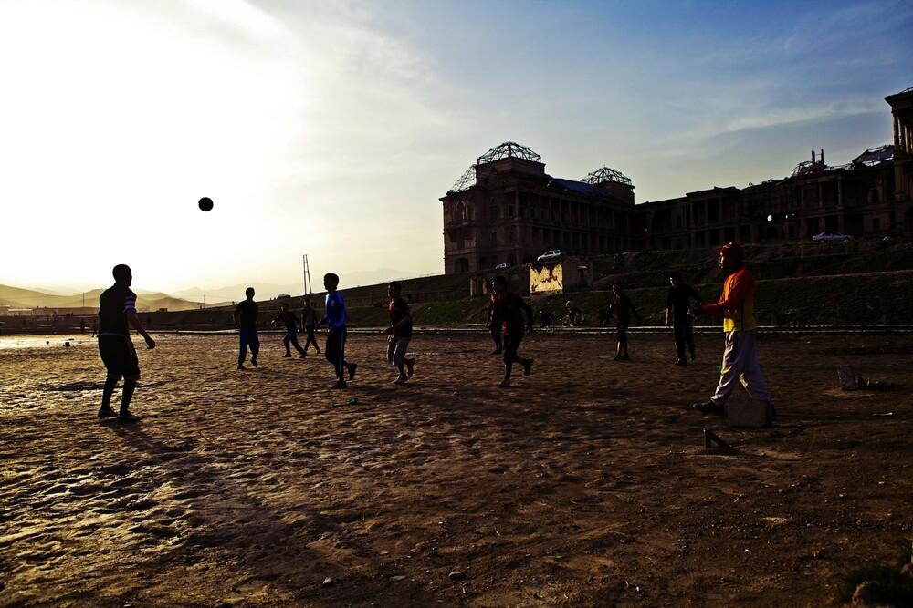 Footballers - fotokunst von Rada Akbar