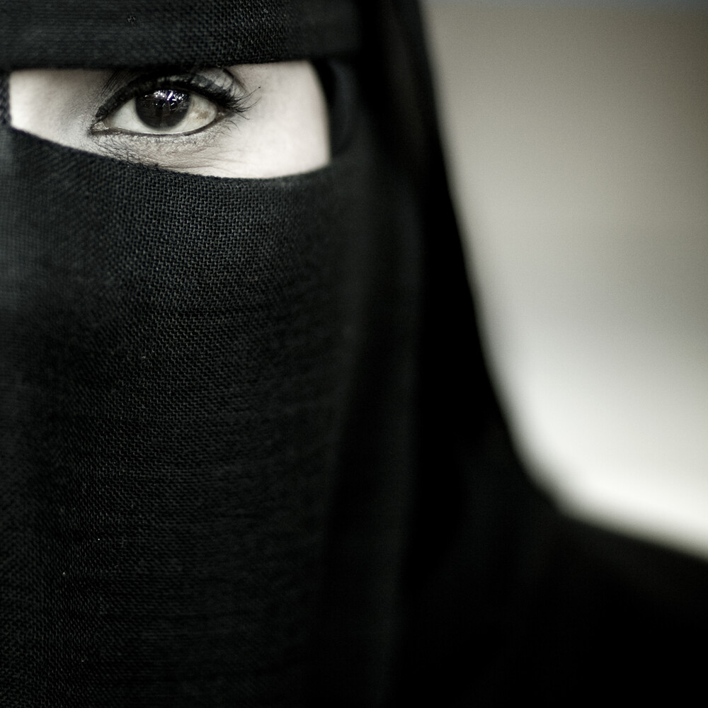 Veiled woman from Salalah, Oman - Fineart photography by Eric Lafforgue