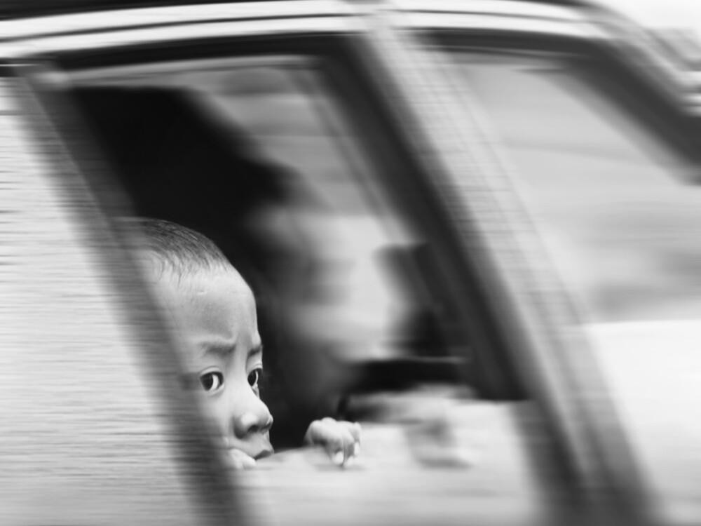 Ein kleiner Junge schaut aus dem fahrenden Auto, Cameron Highlands - fotokunst von Ursula Fleiß, Foto - Fuks