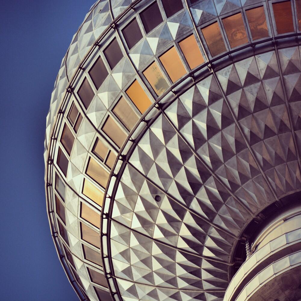 Fernsehturm - fotokunst von Gordon Gross