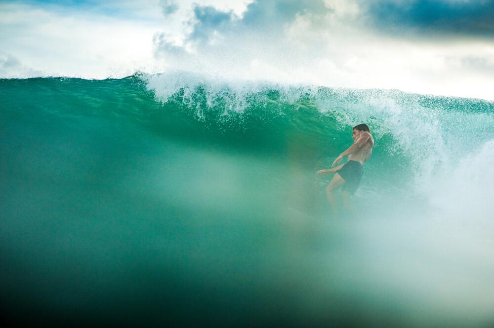 Surfing Bali - fotokunst von Lars Jacobsen
