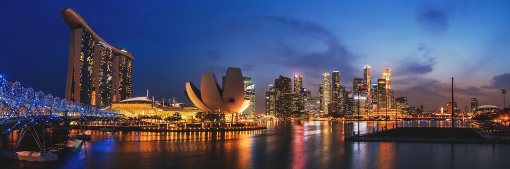 Singapur - Skyline zur blauen Stunde - fotokunst von Jean Claude Castor