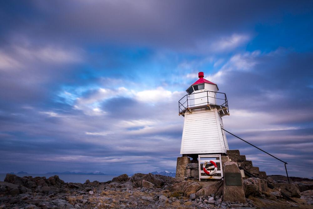 Leuchtturm in Laukvik - fotokunst von Stefan Schurr
