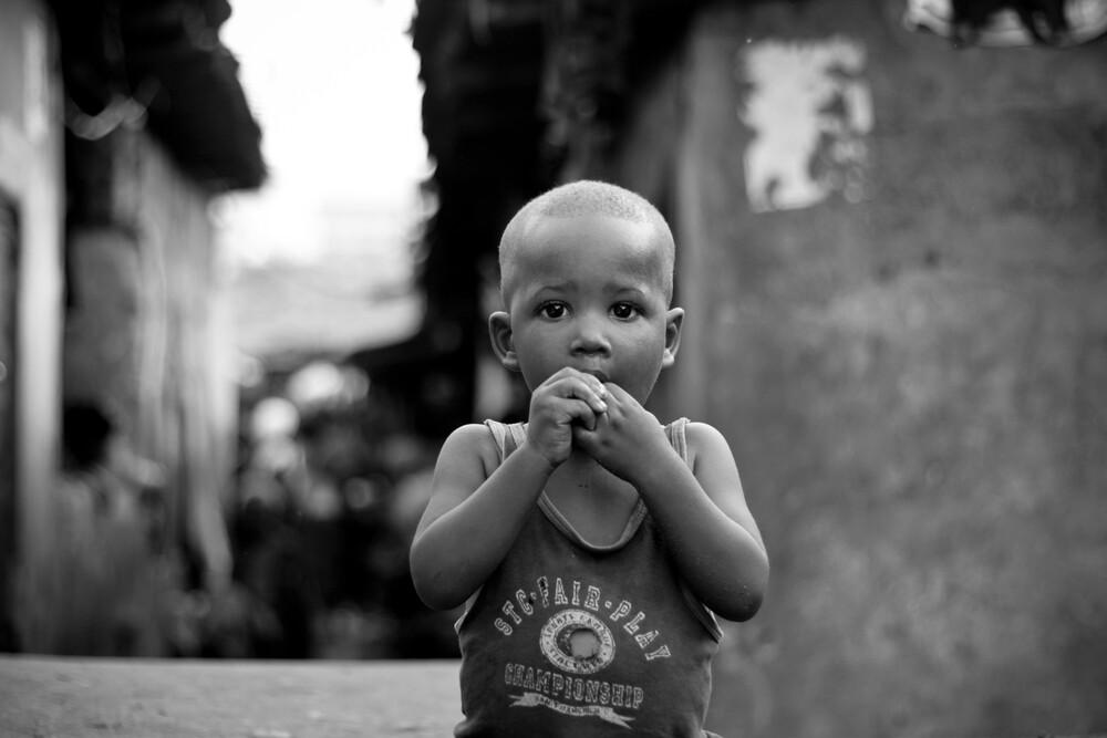 Kroo Bay Boy - fotokunst von Tom Sabbadini