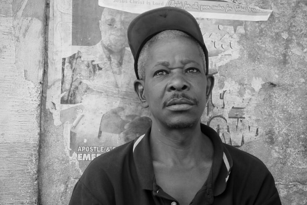 Freetown Man - fotokunst von Tom Sabbadini
