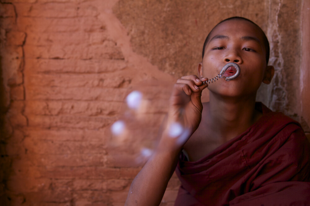 Bubble making monk, Myanmar - fotokunst von Christina Feldt