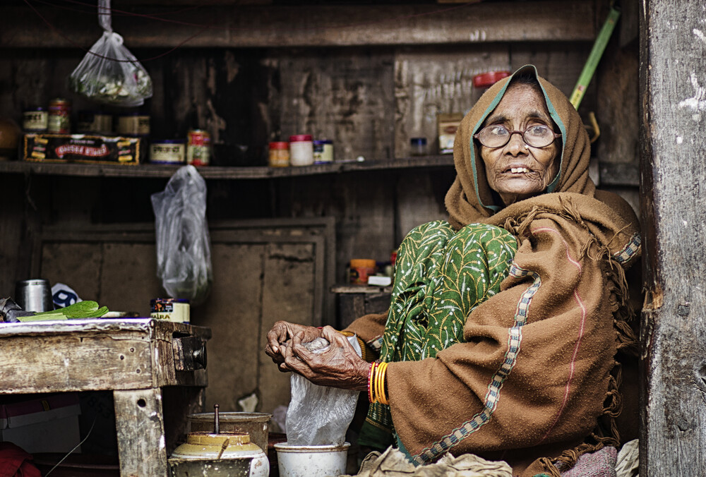 Saleswoman in Varanasi - fotokunst von Victoria Knobloch