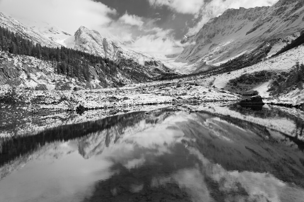 Kurzer Wintereinbruch im Mai am Grundsee im Lötschental (Wallis) - fotokunst von Rainer Kohlrusch