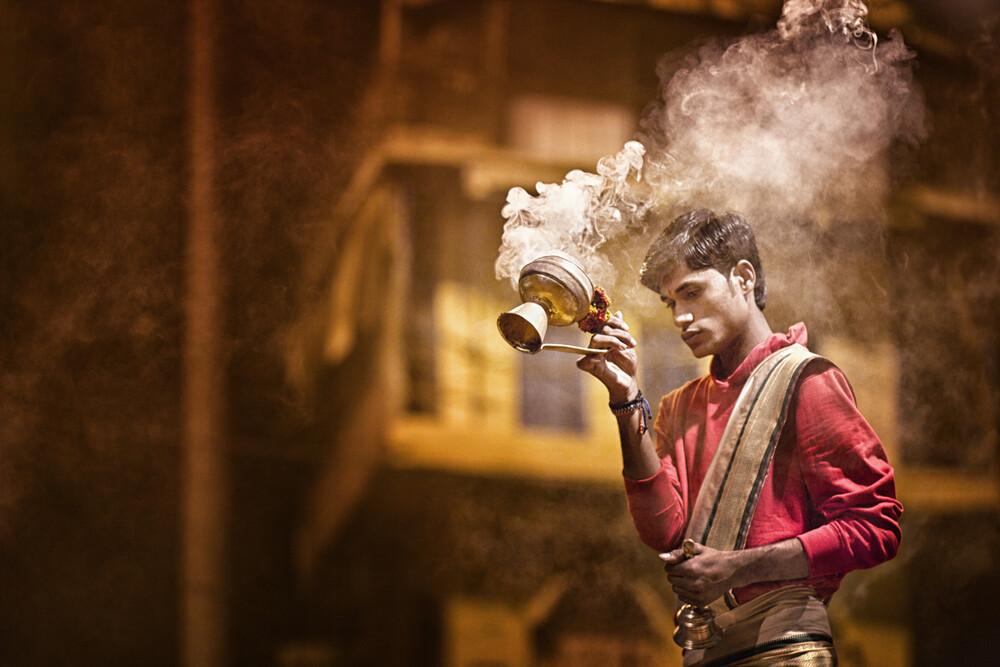 Aarti in Varanasi - fotokunst von Victoria Knobloch