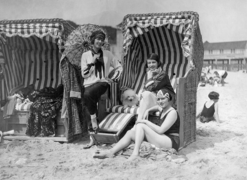 Elisabeth Pinagreff, Agnes Esterhazy und Hanna Weiss im Strandkorb - fotokunst von Süddeutsche Zeitung Photo