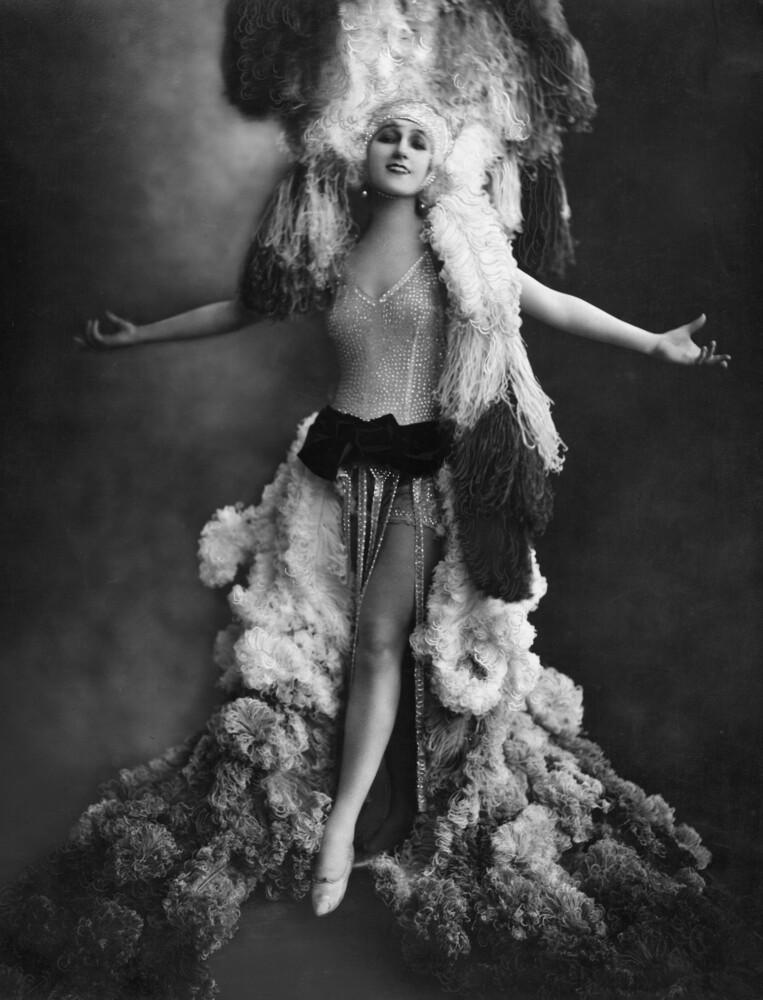 Revue-Tänzerin in Berlin - fotokunst von Süddeutsche Zeitung Photo