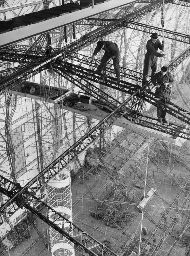 Bau des Luftschiffs - fotokunst von Süddeutsche Zeitung Photo